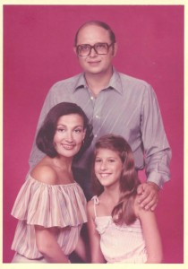 A childhood photo of Kristin Battista-Frazee with her parents Anthony and Frances Battista.  Photo courtesy of elconfidencial.com.